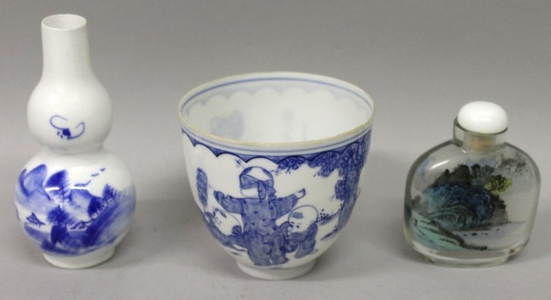 A CHINESE BLUE & WHITE PORCELAIN BEAKER, in a fitted