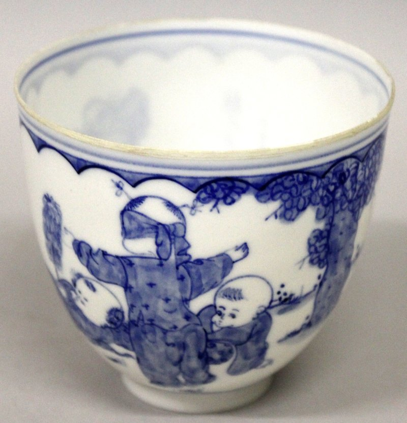 A CHINESE BLUE & WHITE PORCELAIN BEAKER, in a fitted - 7