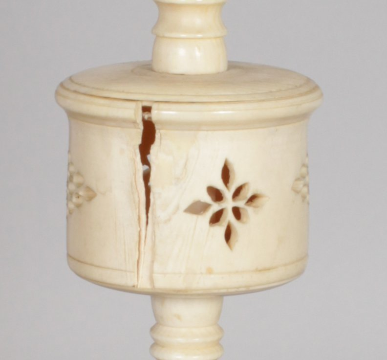 AN EARLY 20TH CENTURY CHINESE CARVED IVORY CONCENTRIC - 3