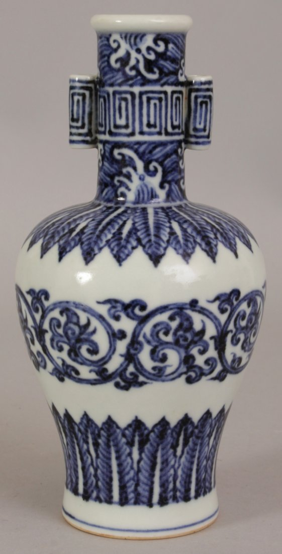 A CHINESE MING STYLE BLUE & WHITE PORCELAIN ARROW VASE,