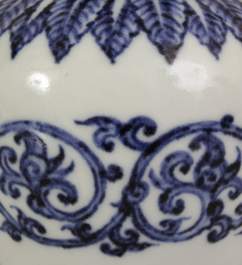 A CHINESE MING STYLE BLUE & WHITE PORCELAIN ARROW VASE, - 5