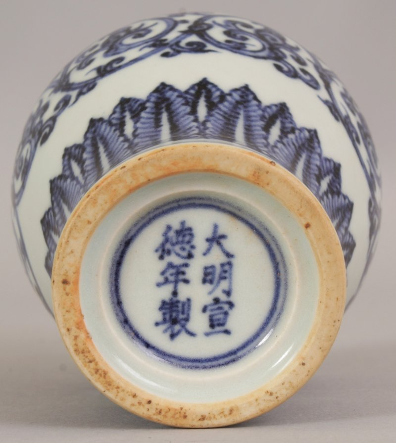 A CHINESE MING STYLE BLUE & WHITE PORCELAIN ARROW VASE, - 7