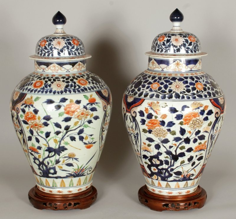 A GOOD LARGE PAIR OF EARLY JAPANESE IMARI PORCELAIN