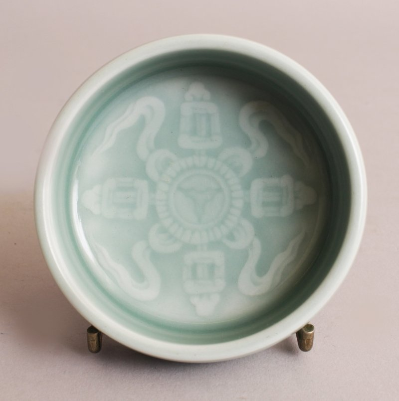 A SMALL GOOD QUALITY CHINESE CELADON PORCELAIN