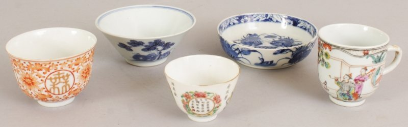 A SMALL 17TH/18TH CENTURY CHINESE BLUE & WHITE CONICAL