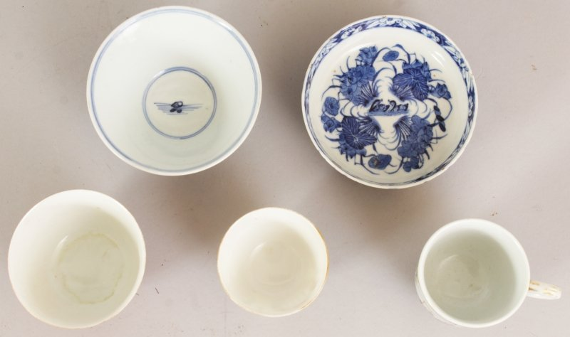 A SMALL 17TH/18TH CENTURY CHINESE BLUE & WHITE CONICAL - 3