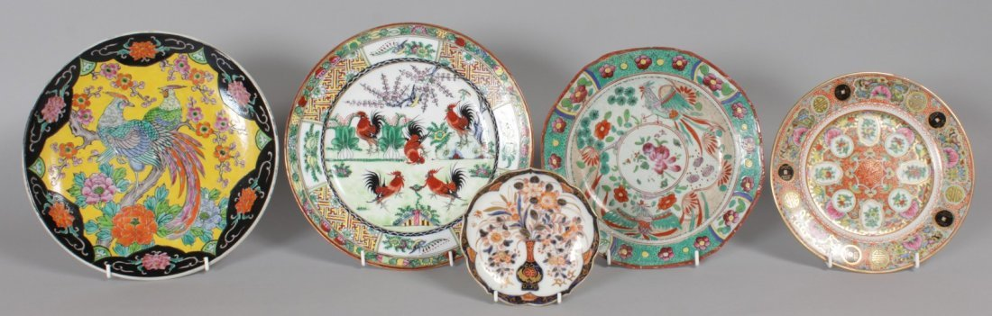 FOUR VARIOUS CHINESE PLATES AND A SAUCER.