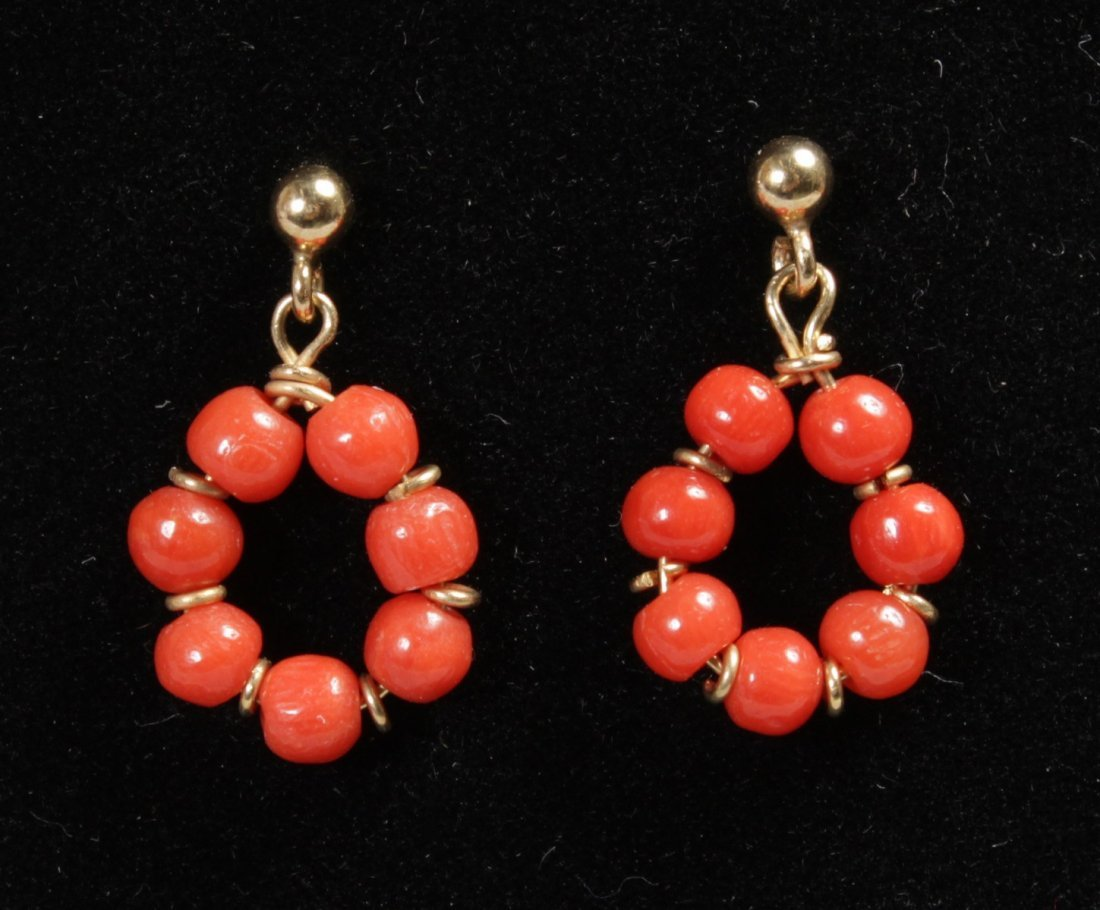 A PAIR OF GOLD AND CORAL DROP EARRINGS. - 2