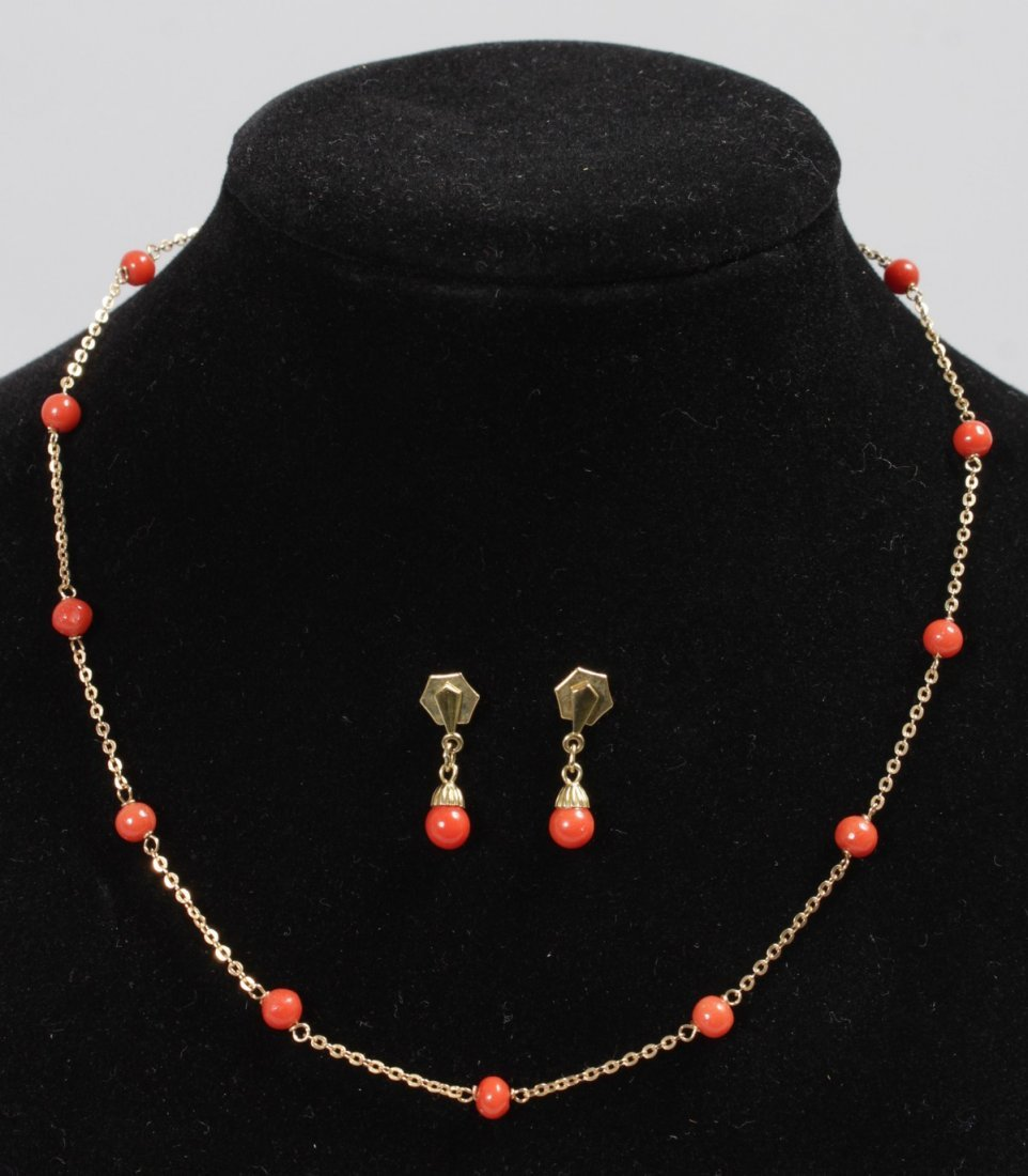 A 9CT YELLOW GOLD AND CORAL NECKLACE AND EARRINGS.