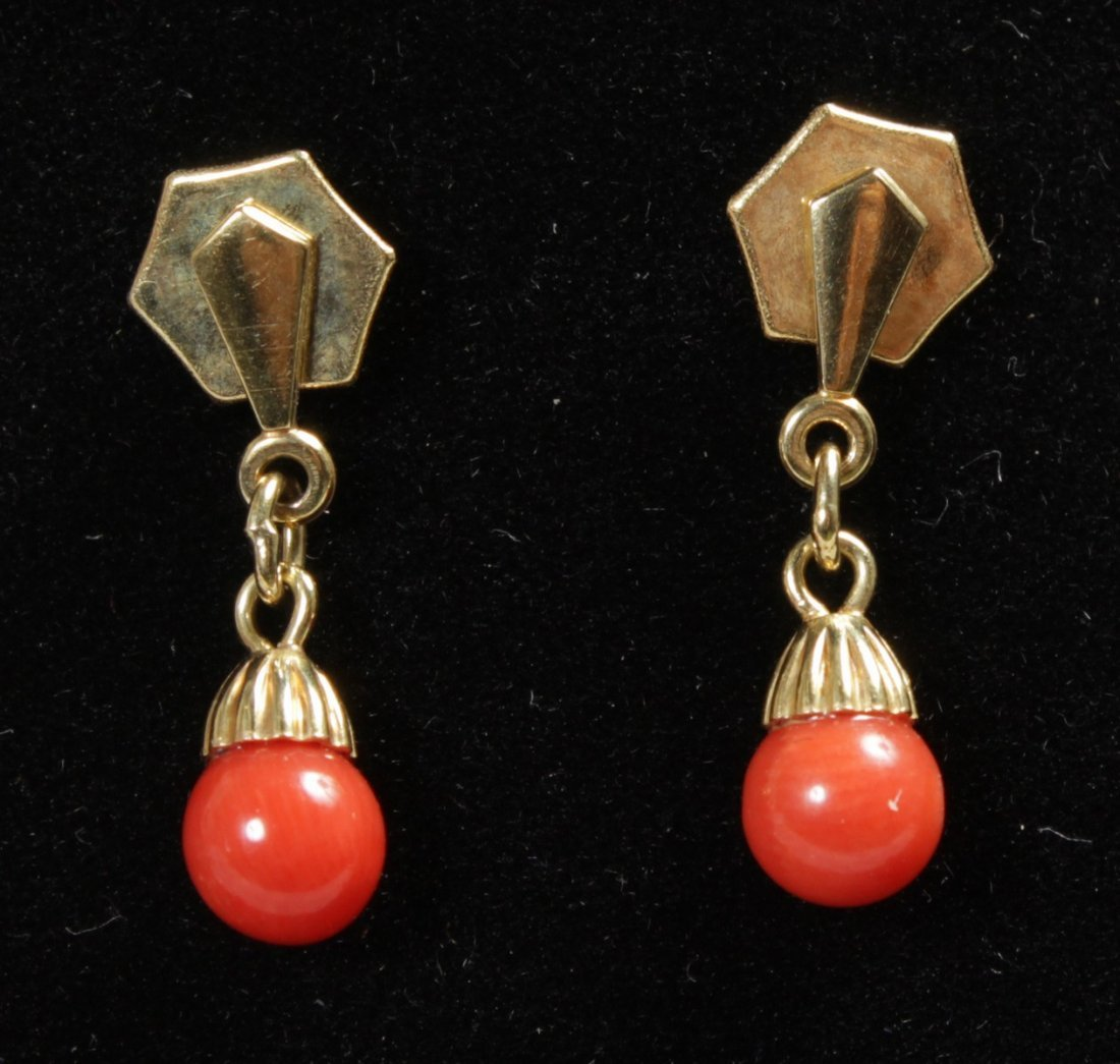 A 9CT YELLOW GOLD AND CORAL NECKLACE AND EARRINGS. - 2