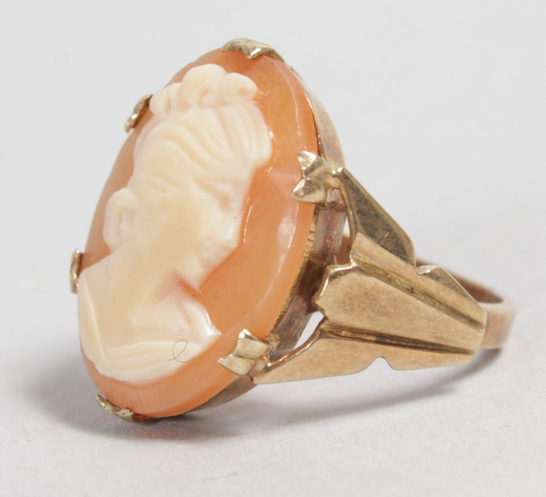 A 9CT YELLOW GOLD CAMEO RING.
