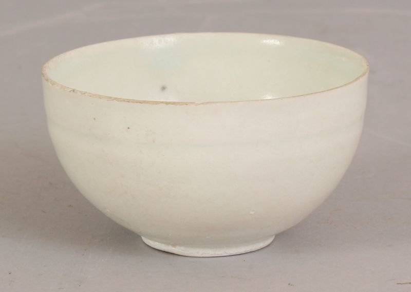 A WHITE GLAZED CHINESE SONG DYNASTY PORCELAIN TEABOWL,