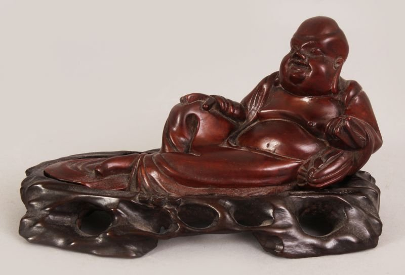 AN EARLY 20TH CENTURY CHINESE CARVED HARDWOOD FIGURE OF