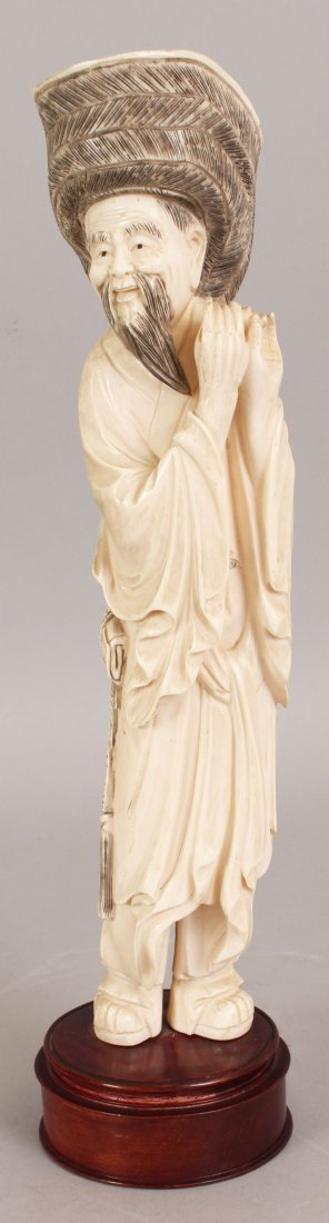AN EARLY 20TH CENTURY CHINESE CARVED IVORY FIGURE OF AN