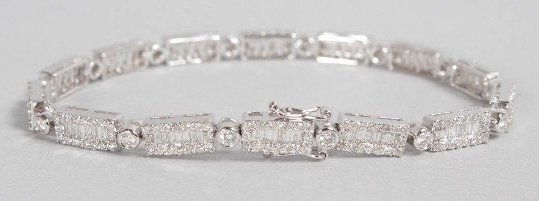 A LOVELY 18CT WHITE GOLD DIAMOND SET FLEXIBLE LINE