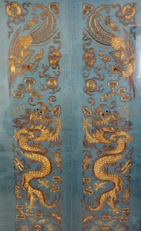 A PAIR OF 19TH/20TH CENTURY CHINESE EMBROIDERED SILK - 2