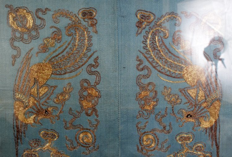 A PAIR OF 19TH/20TH CENTURY CHINESE EMBROIDERED SILK - 3