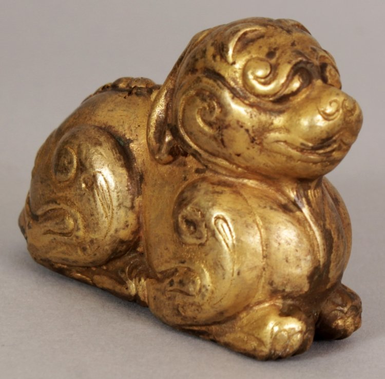 A SMALL CHINESE HAN STYLE GILT BRONZE MODEL OF A - 5