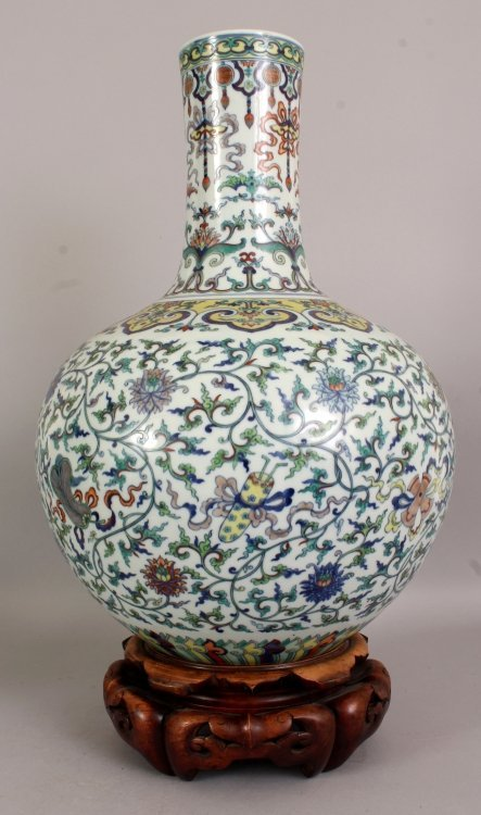 A LARGE GOOD QUALITY CHINESE DOUCAI PORCELAIN BOTTLE