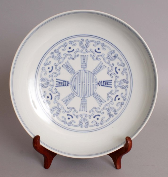 A GOOD 18TH CENTURY CHINESE QIANLONG MARK & PERIOD BLUE
