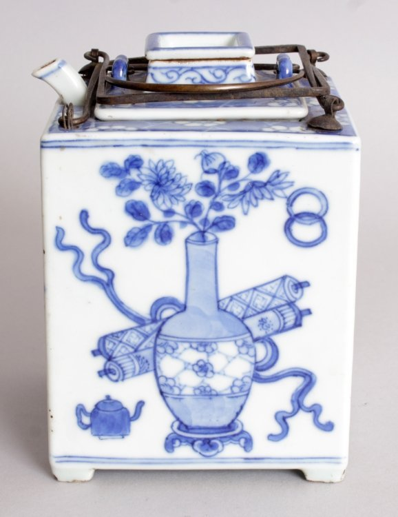 AN UNUSUAL 20TH CENTURY CHINESE BLUE & WHITE TEAPOT &