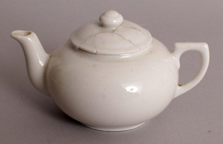 A 20TH CENTURY CHINESE WHITE GLAZED PORCELAIN TEAPOT &