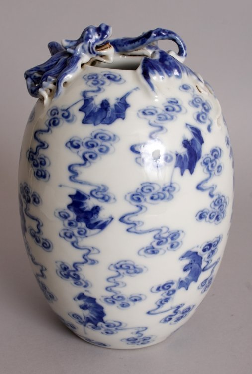 A 20TH CENTURY CHINESE BLUE & WHITE PORCELAIN VASE,