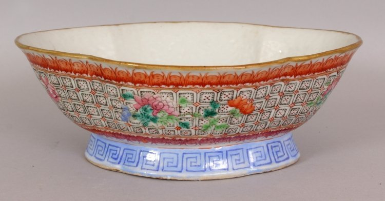 A 19TH CENTURY CHINESE FAMILLE ROSE QUATREFOIL