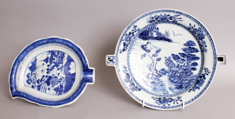 AN 18TH CENTURY CHINESE QIANLONG PERIOD BLUE & WHITE