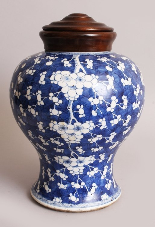 A LARGE CHINESE KANGXI PERIOD PORCELAIN JAR, circa