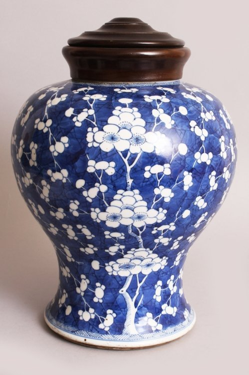 A LARGE CHINESE KANGXI PERIOD PORCELAIN JAR, circa - 2