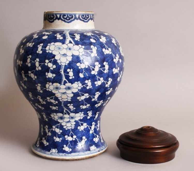 A LARGE CHINESE KANGXI PERIOD PORCELAIN JAR, circa - 4