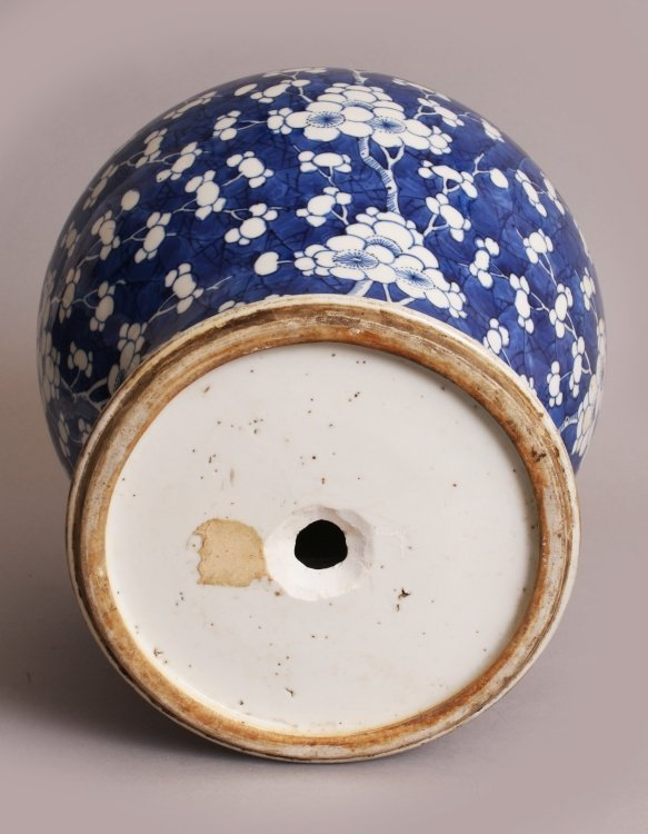 A LARGE CHINESE KANGXI PERIOD PORCELAIN JAR, circa - 8