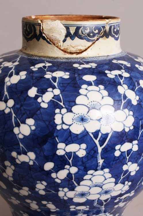 A LARGE CHINESE KANGXI PERIOD PORCELAIN JAR, circa - 9