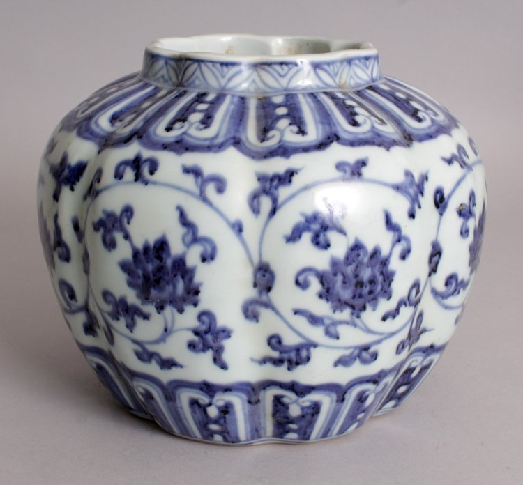 A CHINESE MING STYLE BLUE & WHITE LOBED PORCELAIN VASE,