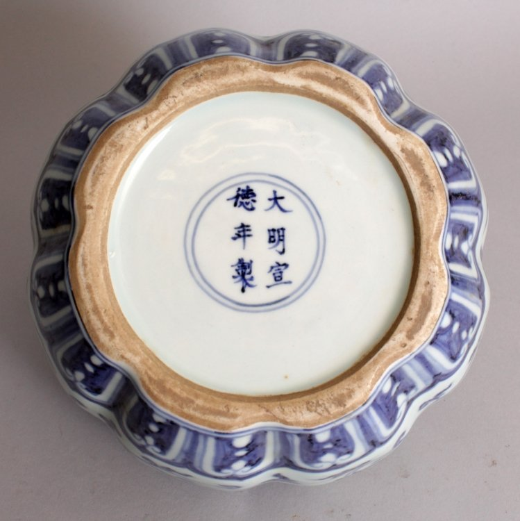 A CHINESE MING STYLE BLUE & WHITE LOBED PORCELAIN VASE, - 5