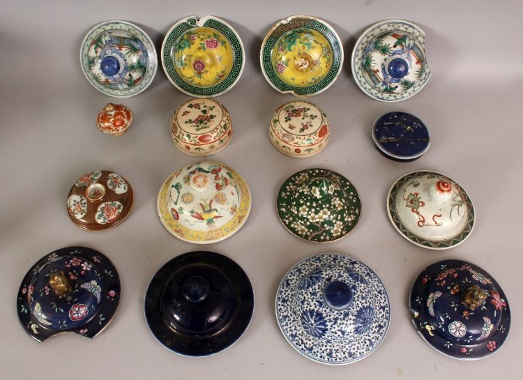 A COLLECTION OF SIXTEEN 19TH CENTURY CHINESE PORCELAIN