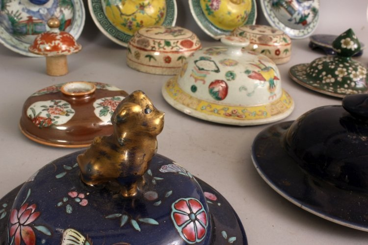 A COLLECTION OF SIXTEEN 19TH CENTURY CHINESE PORCELAIN - 2