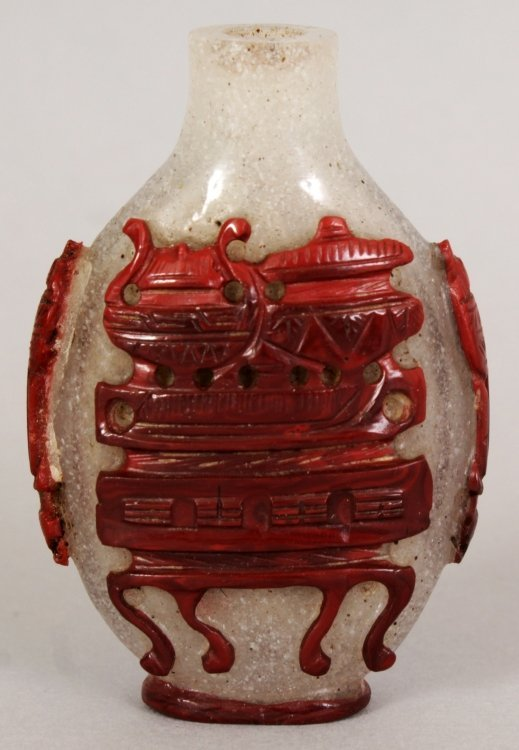 A 19TH/20TH CENTURY RED OVERLAY GLASS SNUFF BOTTLE,