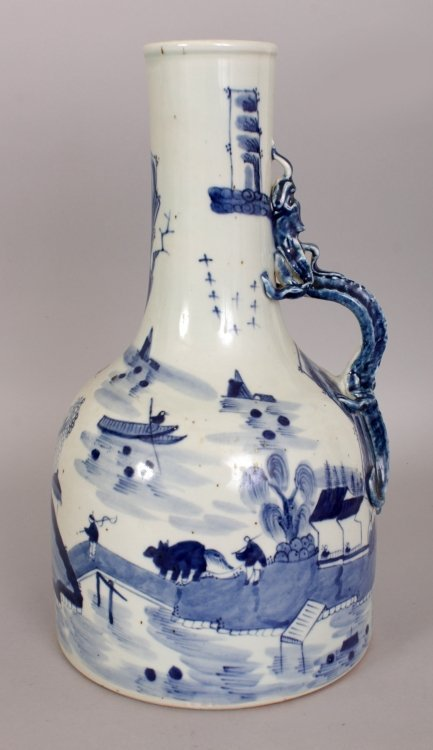 AN UNUSUAL CHINESE BLUE & WHITE PORCELAIN WATER JUG,