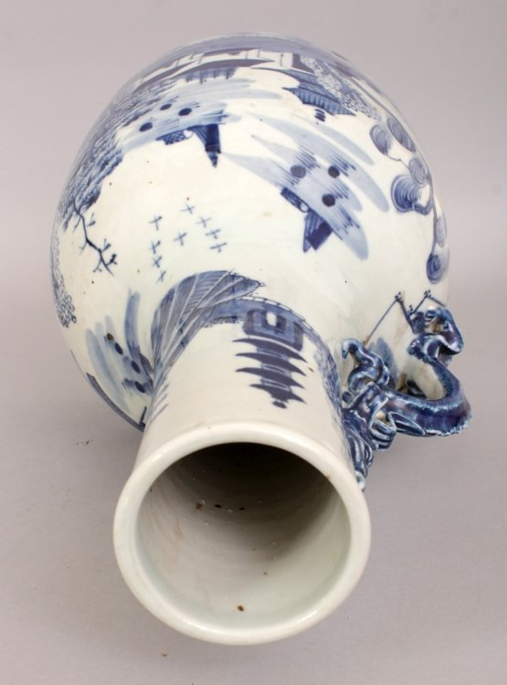 AN UNUSUAL CHINESE BLUE & WHITE PORCELAIN WATER JUG, - 5