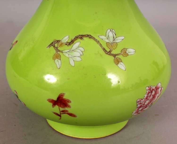 A GOOD QUALITY CHINESE LIME GREEN GROUND FAMILLE ROSE - 8