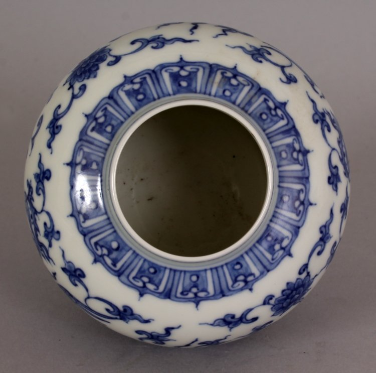 A SMALL CHINESE MING STYLE BLUE & WHITE HEAVEN JAR & - 6