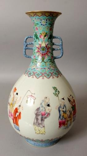 A GOOD QUALITY CHINESE FAMILLE ROSE PORCELAIN VASE, the
