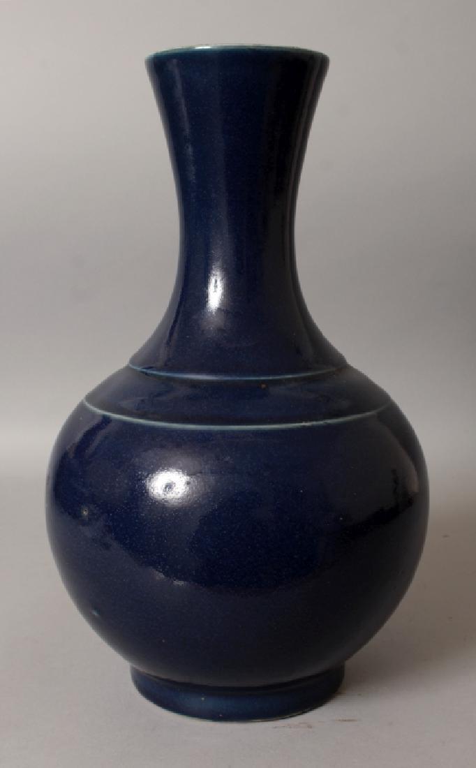 A GOOD CHINESE MONOCHROME BLUE GLAZED PORCELAIN BOTTLE