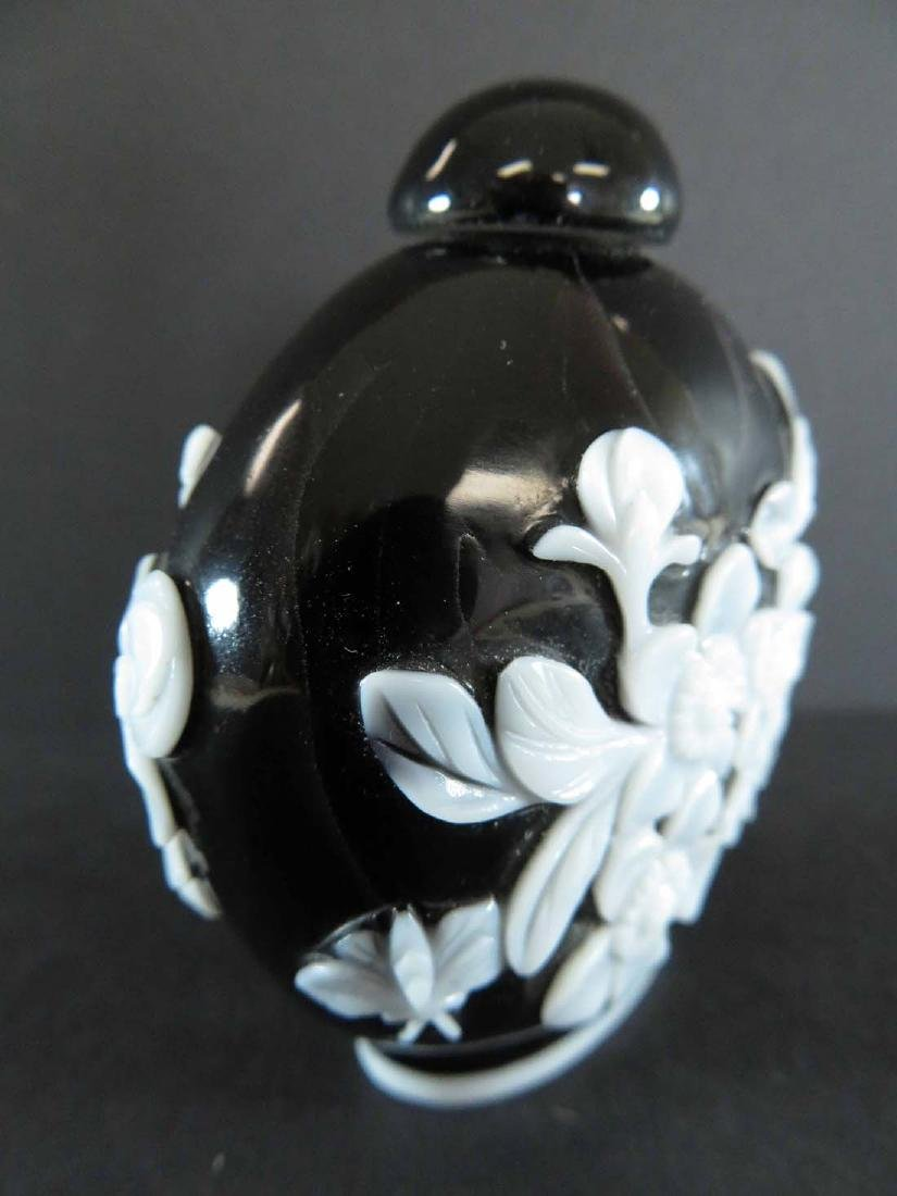 Chinese Snuff Bottle White Overlay Black Glass - 3