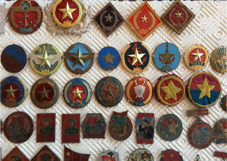 Collectiion of over 90 Asian Military Badge, Medals - 3