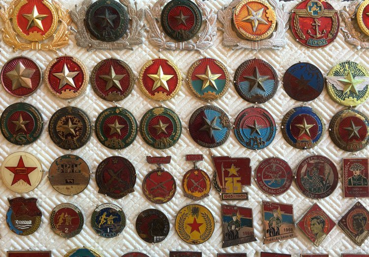 Collectiion of over 90 Asian Military Badge, Medals - 4