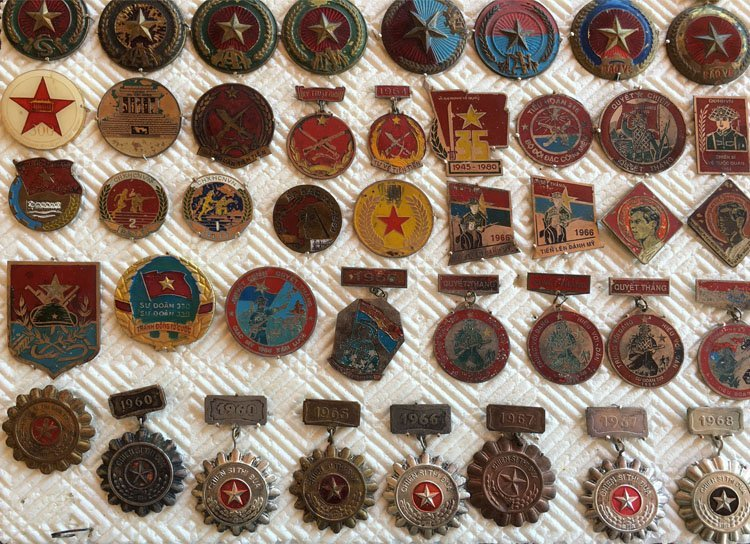 Collectiion of over 90 Asian Military Badge, Medals - 5