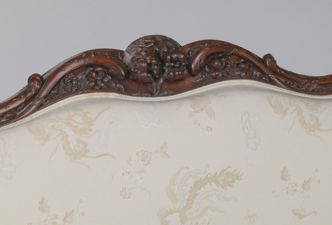 French Provincial style carved settee in damask - 3